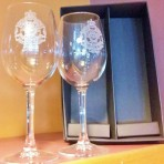 Wine glass with etched QPS logo